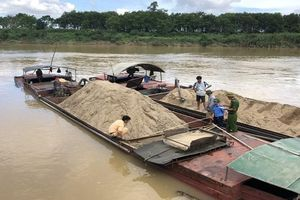 Tiếp tục bắt năm thuyền khai thác cát trái phép trên sông Lam