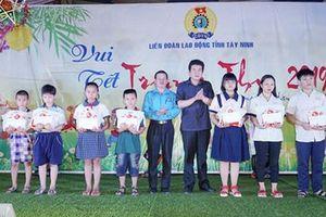 Tây Ninh: Trao học bổng cho con công nhân học giỏi