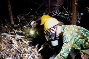 Lực lượng Binh chủng hóa học đang gấp rút tiến hành tẩy độc kho xưởng Công ty Rạng Đông
