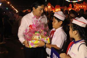 Lễ hội trung thu lớn nhất Việt Nam: 32 lồng đèn 'khổng lồ' diễu hành trên phố