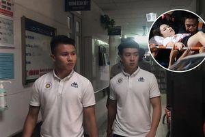Văn Quyết, Quang Hải đến thăm cổ động viên bị thương do pháo sáng