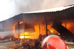 Chợ Mộc Bài cháy ngùn ngụt, tài sản hàng trăm tiểu thương chìm trong biển lửa