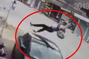 Clip: Kinh hoàng trước khoảnh khắc nữ sinh đi xe đạp điện ngược chiều bị ô tô hất lên không trung
