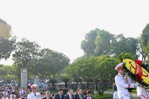 Lãnh đạo Hội Luật gia Việt Nam cùng đại biểu dâng hương tưởng niệm các anh hùng liệt sĩ và vào Lăng viếng Chủ tịch Hồ Chí Minh