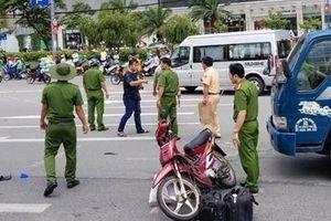 Băng xe máy qua đường bị xe tải tông tử vong