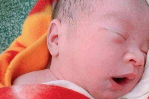 Bình Phước: Bé sơ sinh vừa cắt dây rốn bị bỏ rơi bên lề đường