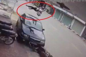 Đi xe đạp điện bên trái đường, thiếu nữ bị ô tô hất văng lên không trung