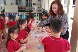 Trường Tiểu học Ái Mộ A tổ chức cho học sinh làm bánh Trung thu