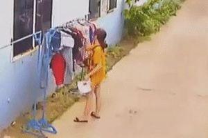 Thanh niên phóng xe máy sàm sỡ cô gái đang phơi đồ