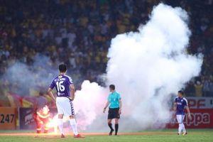 CĐV Nam Định bắn pháo sáng trúng fan nữ, Hà Nội FC bị phạt 85 triệu