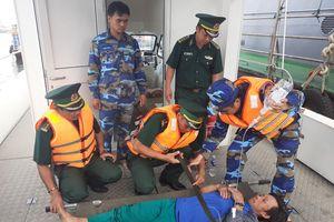 Cấp cứu 3 ngư dân bị ngộ độc trên biển