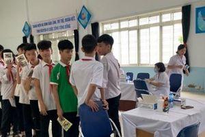 Gần 2000 học sinh ở gần kho Rạng Đông được khám sức khỏe theo yêu cầu