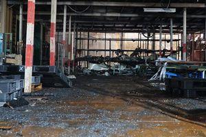 Cảnh đổ nát hoang tàn bên trong Công ty Rạng Đông sau cháy lớn