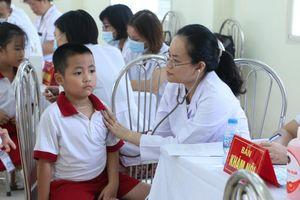 Gần 2.000 học sinh tiểu học, THCS Hạ Đình khám sức khỏe miễn phí sau vụ cháy ở Công ty Rạng Đông