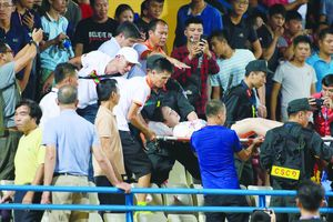 CLB Hà Nội đối diện án 'treo sân' đến hết mùa sau vụ bắn pháo sáng