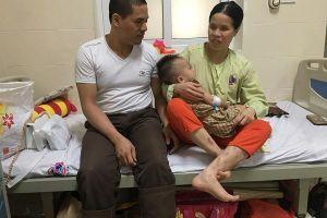 Vợ chồng mù khóc nghẹn xin cứu con bị ung thư võng mạc