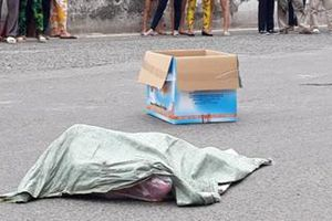 Kinh hãi người phụ nữ đi xe máy đánh rơi bao tải chứa thi thể thai nhi