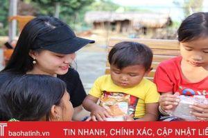 Hơn 300 chiếc bánh mang Tết Trung thu đến với trẻ em dân tộc Chứt