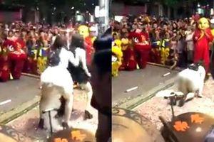 Clip 2 cô gái mặc váy ngắn hóa chị Hằng nhảy sexy trước mặt nhiều trẻ nhỏ Hà Nội