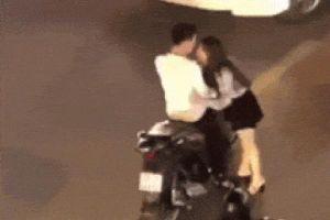 Clip: Mặc xe cộ qua lại nườm nượp, đôi trai gái vẫn dừng xe giữa đường để… đánh nhau