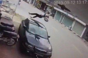Clip: Nữ sinh đi xe đạp điện ngược chiều bị ô tô hất văng lên không trung