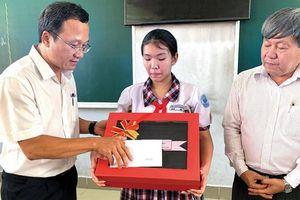 Cô bé mất một chân vì TNGT bất ngờ nhận được quà của Thủ tướng