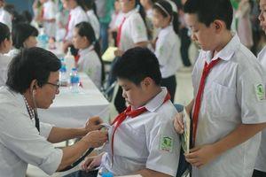 Tổ chức khám sức khỏe miễn phí cho học sinh quanh công ty Rạng Đông