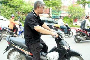 Vụ học sinh trường Gateway tử vong: Tài xế Phiến diễn lại cảnh đi xe máy vào Ký túc xá