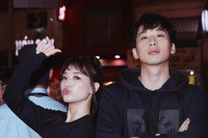 Hari Won trẻ trung như gái 18, 'bỏ quên ông xã', sánh bước cùng Tuấn Trần