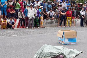 Giúp người phụ nữ nhặt bao tải đánh rơi, hoảng hồn phát hiện xác thai nhi