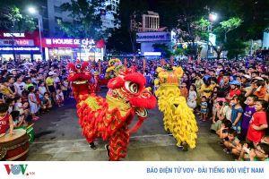 Người dân Huế nô nức xuống đường xem múa Lân sư rồng vui Tết Trung thu