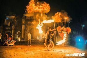 Múa đuốc, phun dầu thổi lửa trong đêm phá cỗ Trung Thu ở ngoại thành Hà Nội