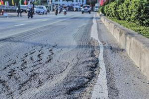 Quốc lộ 2.400 tỷ nhiều lần 'lở loét' do mưa?