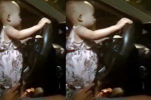 Công an truy tìm tài xế để bé gái cầm lái ôtô