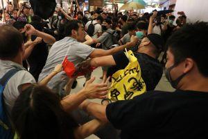 Hai nhóm biểu tình ở Hong Kong đụng độ gây hỗn loạn