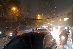 Sau trận mưa kéo dài, nhiều tuyến đường ở TP.HCM 'thất thủ' vì ngập sâu