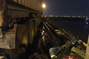 Danh tính nạn nhân vụ container húc văng người đi xe máy xuống sông Hồng