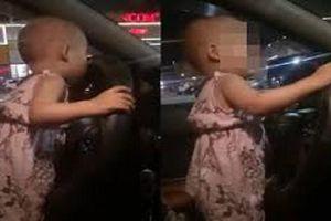 Truy tìm tài xế để bé gái khoảng 2 tuổi cầm vô lăng lái xe trên quốc lộ