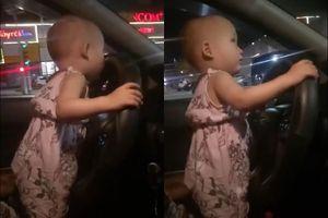Hà Tĩnh: Nín thở khi nhìn em bé 2 tuổi, cầm vô lăng điều khiển ô tô chạy trên Quốc lộ
