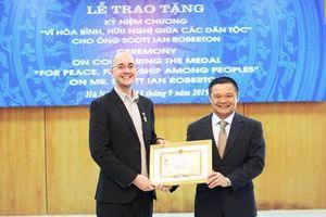 Tiến sĩ hơn 10 năm bảo vệ môi trường tại Việt Nam nhận Kỷ niệm chương Vì hòa bình hữu nghị