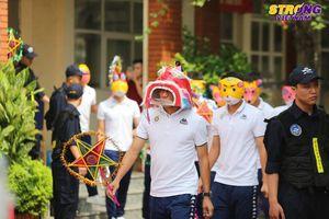 Vượt qua nỗi buồn, Quang Hải và đồng đội đeo mặt nạ tới trường