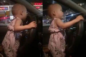 Thót tim nhìn em bé 2 tuổi cầm vô lăng điều khiển ô tô chạy trên quốc lộ tại Hà Tĩnh
