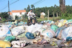 Đường vào Khu danh thắng quốc gia hồ Phú Ninh tràn ngập rác