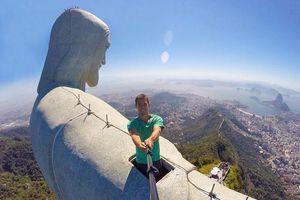 Liều lĩnh check-in trên đỉnh tượng Chúa Cứu thế ở Brazil