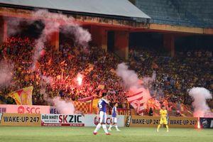 Pháo sáng và 'bóng tối' V-League