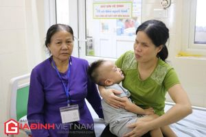 Bố mẹ khiếm thị cạn nước mắt nhìn con ung thư võng mạc nguy cơ hỏng mắt
