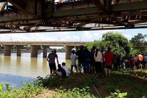 Tin mới vụ vợ chồng trẻ ôm con nhảy sông Thạch Hãn: Thấy thi thể người bố