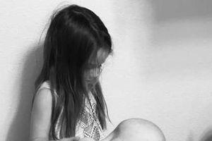 Hình ảnh bé gái 5 tuổi chăm sóc em trai mắc ung thư lấy nước mắt của hàng triệu người