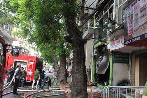 Kịp thời chữa cháy cửa hàng đồ gỗ trên phố Đê La Thành, Hà Nội