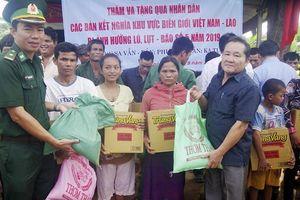 Đồn Biên phòng CKQT Lao Bảo tặng quà cho nhân dân nước bạn Lào